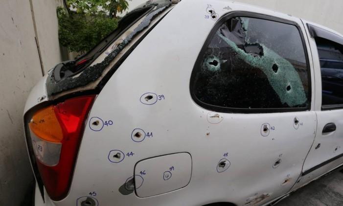 Carro onde estavam os cinco jovens assassinados por PMs do 41º BPM (Irajá), em Costa Barros Foto: Fabiano Rocha / Agência O Globo