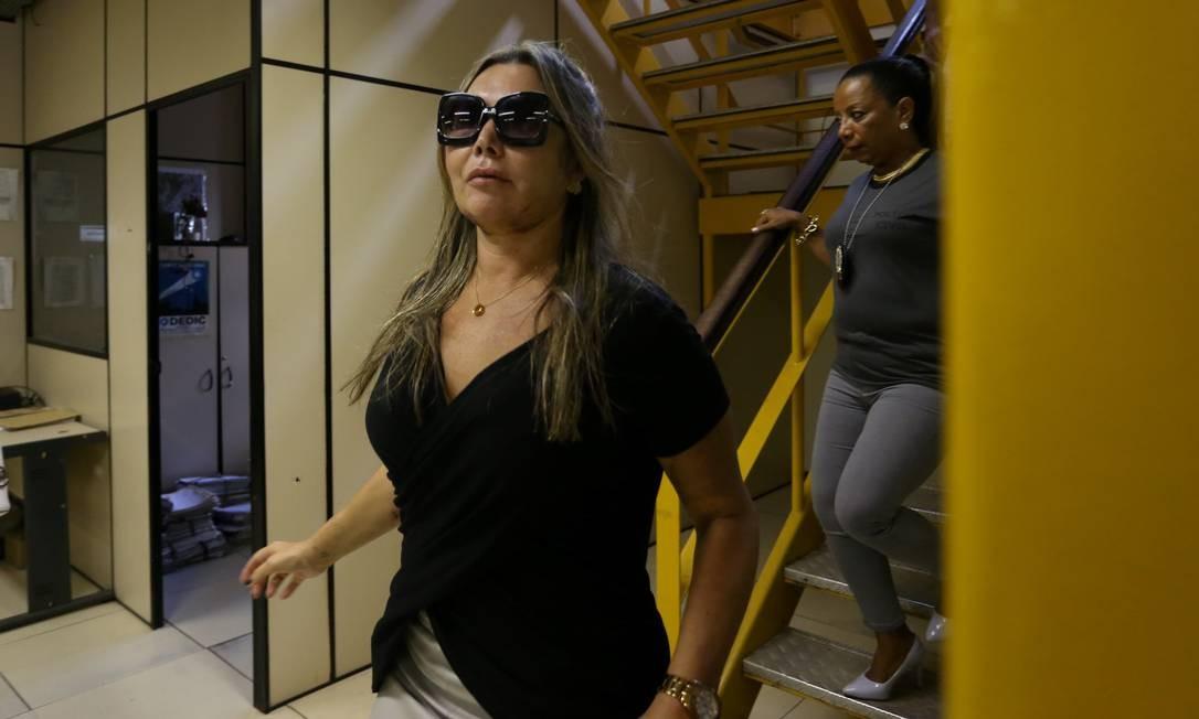 A paisagista Elaine Caparroz chega à 16º DP, na Barra da Tijuca, para prestar depoimento, no dia 25 de fevereiro Foto: Pedro Teixeira / Agência O Globo