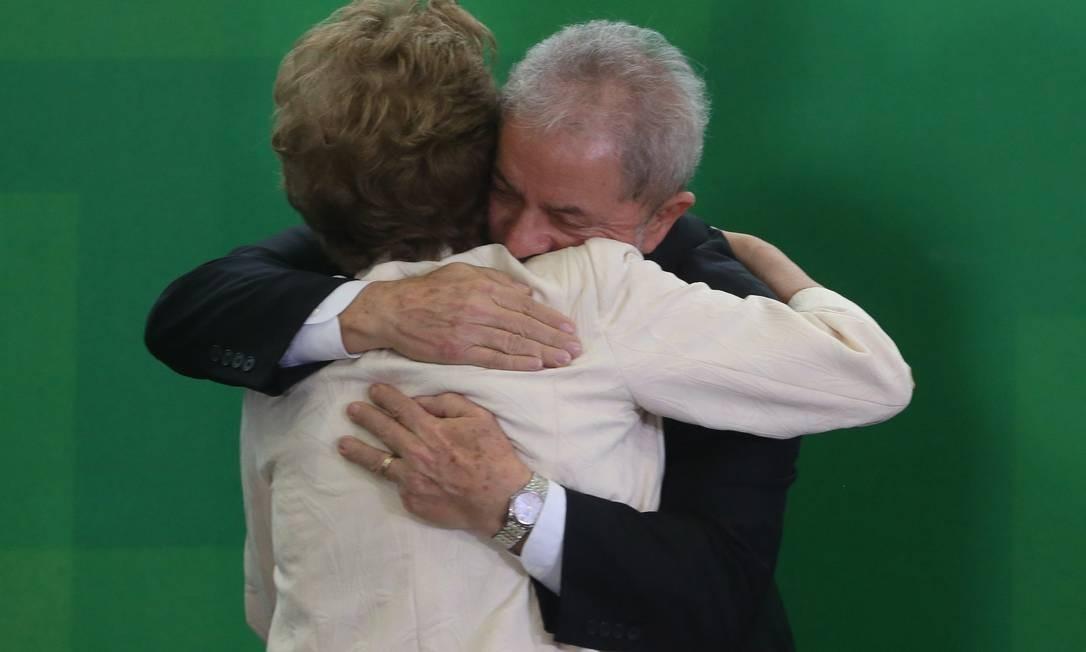 Dilma Rousseff abraça o já ex-presidente Lula em sua posse como ministro-chefe da Casa Civil, em 2016. A indicação foi alvo de decisões judiciais, e Lula não chegou a assumir o cargo. Os dois são aliados, mas, fora dos holofotes, chegaram a se estranhar durante o primeiro mandato de Dilma. Foto: André Coelho / Agência O Globo