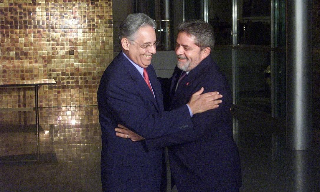 FHC recebe o então presidente eleito, Lula, no Palácio da Alvorada em 2002. Os dois já eram adversários havia tempos, mas chegaram a ser aliados, durante as Diretas Já e em alguns momentos dos anos 80 Foto: Gustavo Miranda