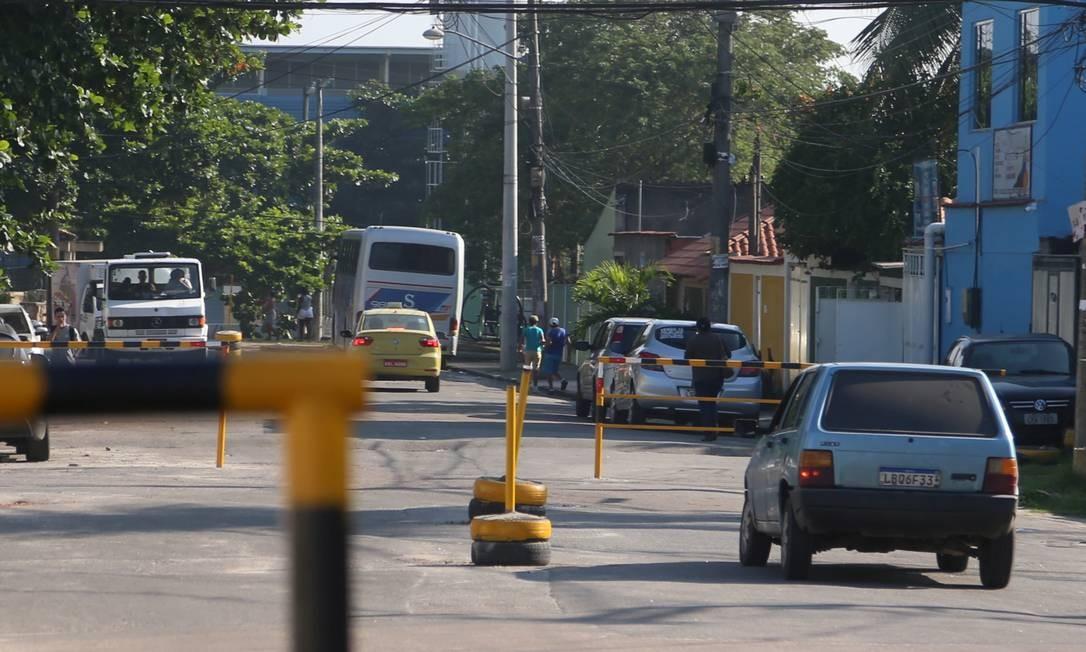 A Rua Nilópolis, entre outras de Realengo, Zona Oeste do Rio, foi fechada pela milícia local Foto: FABIANO ROCHA / Agência O Globo