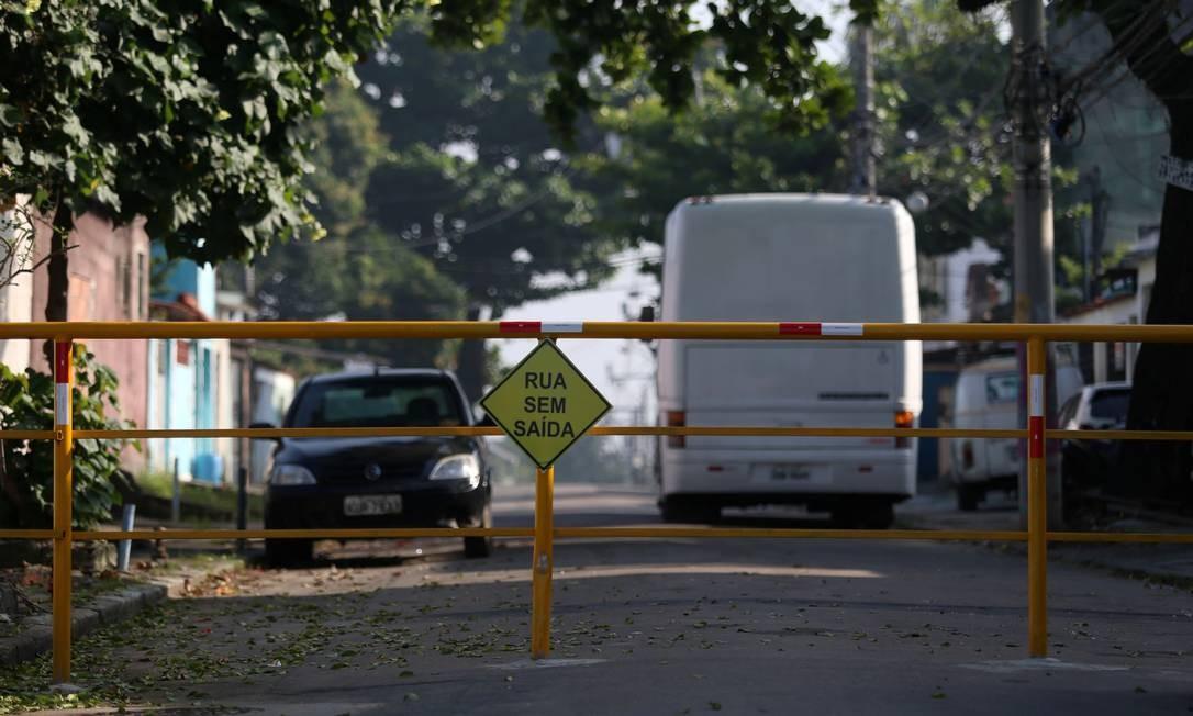 Em Realengo, na Zona Oeste, ruas como a Cristalina, na imagem, estão sendo fechadas por milicianos Foto: FABIANO ROCHA / Agência O Globo