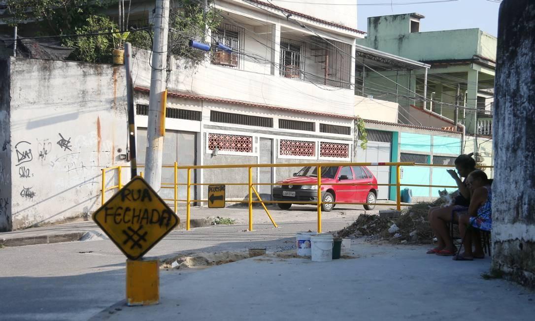 Rua Miranga, em Realengo, também teve seu acesso restrito por grupo de paramilitares Foto: FABIANO ROCHA / Agência O Globo