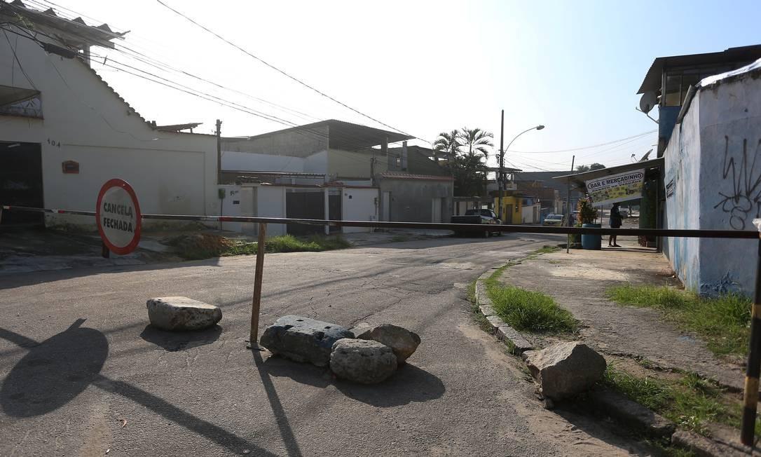 Ruas de Realengo estão sendo fechadas por Milicianos. Na foto, Rua Joanésia Foto: FABIANO ROCHA / Agência O Globo