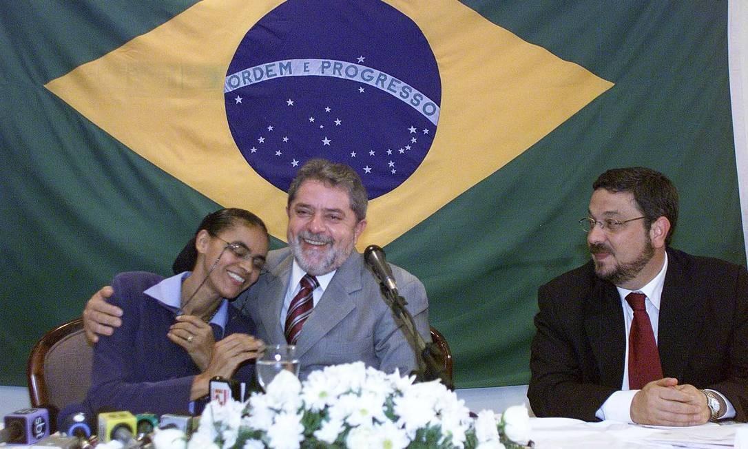 Lula abraça Marina Silva durante anúncio de novos ministros em 2002. Anos depois, Marina sai do PT, cria outro partido e concorre pela Presidência três vezes contra o Partido dos Trabalhadores. Foto: Ailton de Freitas / Ailton de Freitas