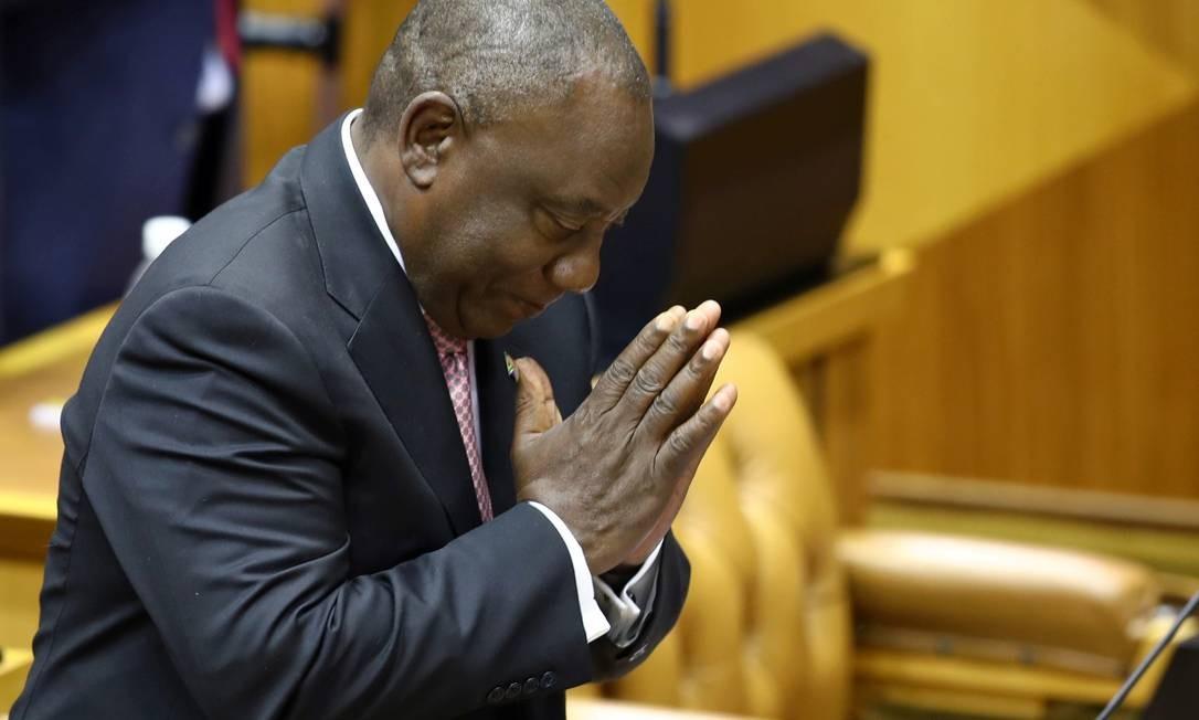 O presidente da África do Su, Cyril Ramaphosa, agradece os aplausos após votação parlamentar que o reconduziu ao cargo nesta quarta Foto: SUMAYA HISHAM/REUTERS