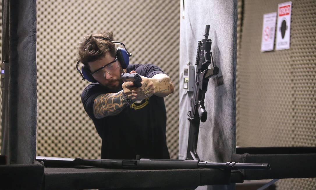 Novo decreto libera porte de armas a funcionários de lojas de armas e de escolas e clubes de tiro Foto: Marcelo Regua / Agência O Globo