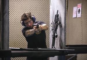 Decreto libera porte de armas a funcionários de lojas de armas e de escolas e clubes de tiro Foto: Marcelo Regua / Agência O Globo