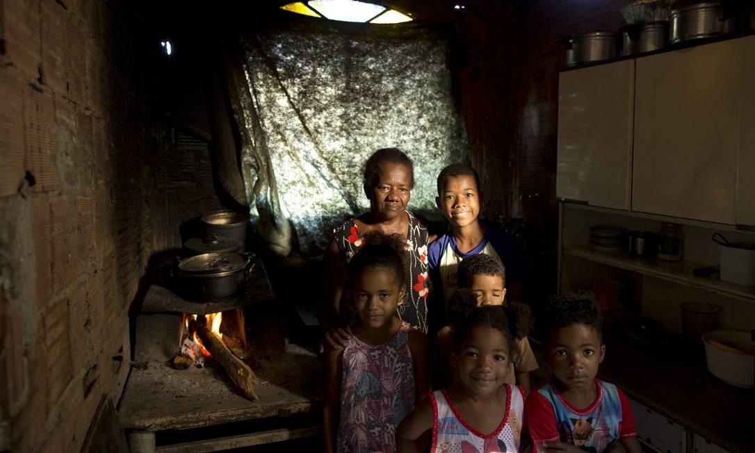 Dona Juranir junto com os netos que moram com ela na comunidade Vale dos Eucalíptose Foto: Márcia Foletto / Agência O Globo