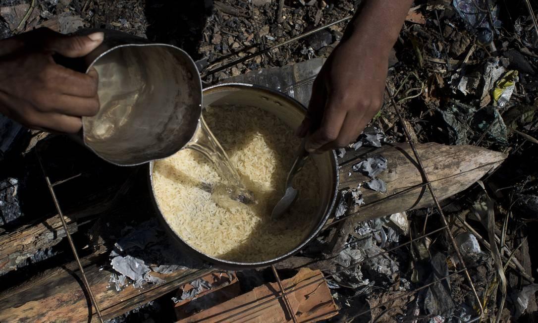 Segundo pesquisa do IBGE, 14 milhões de lares brasileiros estão preparando alimentos utilizando lenha ou carvão, uma alta de 27% ou mais 3 milhões de domicílios nos últimos dois anos. No Sudeste a expansão foi maior, de 60% Foto: Márcia Foletto / Agência O Globo