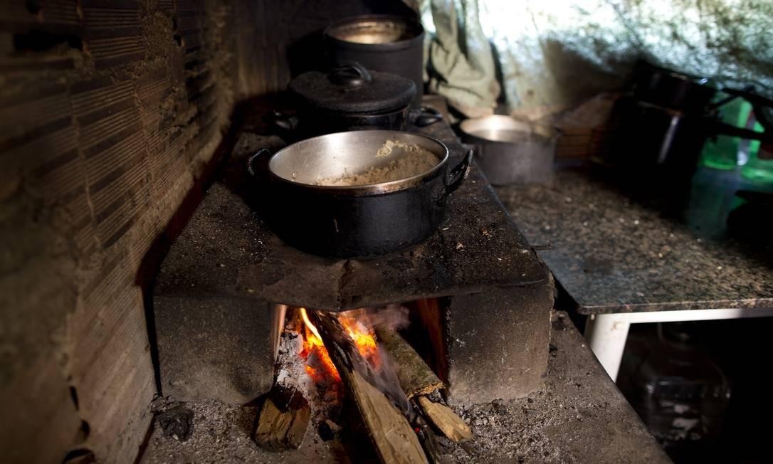 Fogão a lenha na casa de dona Juranir Nobre Mange, na comunidade Vale dos Eucalíptos. Entre 2016 e 2018, o gás de cozinha acumulou alta de 24% Foto: Márcia Foletto / Agência O Globo