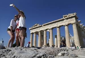 Grupo de turistas tira uma selfie em frente ao Parthenon, em Atenas Foto: Christian Hartmann / Reuters