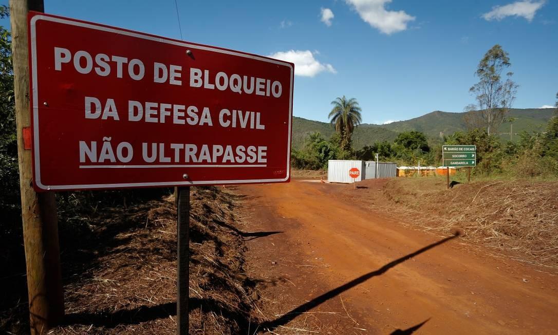 A cidade está vazia desde que a Vale fez o novo alerta sobre o risco de rompimento da barreira Foto: Pablo Jacob / Agência O Globo