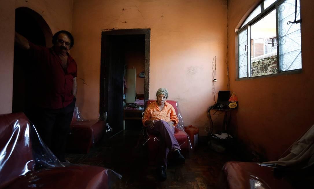 A moradora Ana Dinis Coelho, que diz que não pretende abandonar sua casa Foto: Pablo Jacob / Agência O Globo