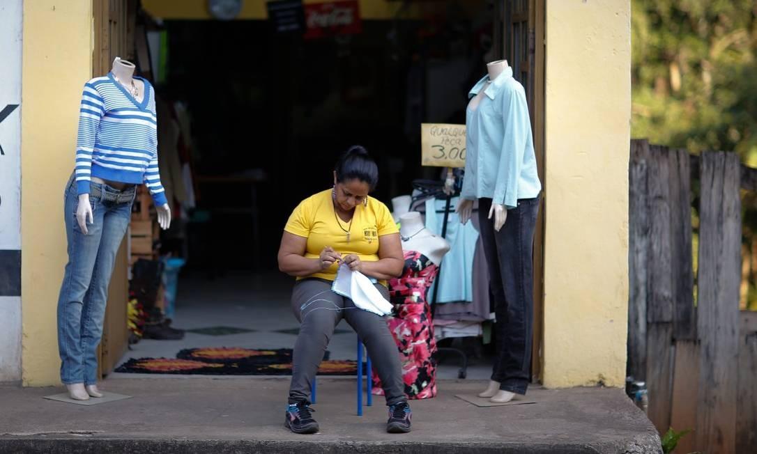 Moradores vivem dias de angústia, à espera do que pode acontecer Foto: Pablo Jacob / Agência O Globo