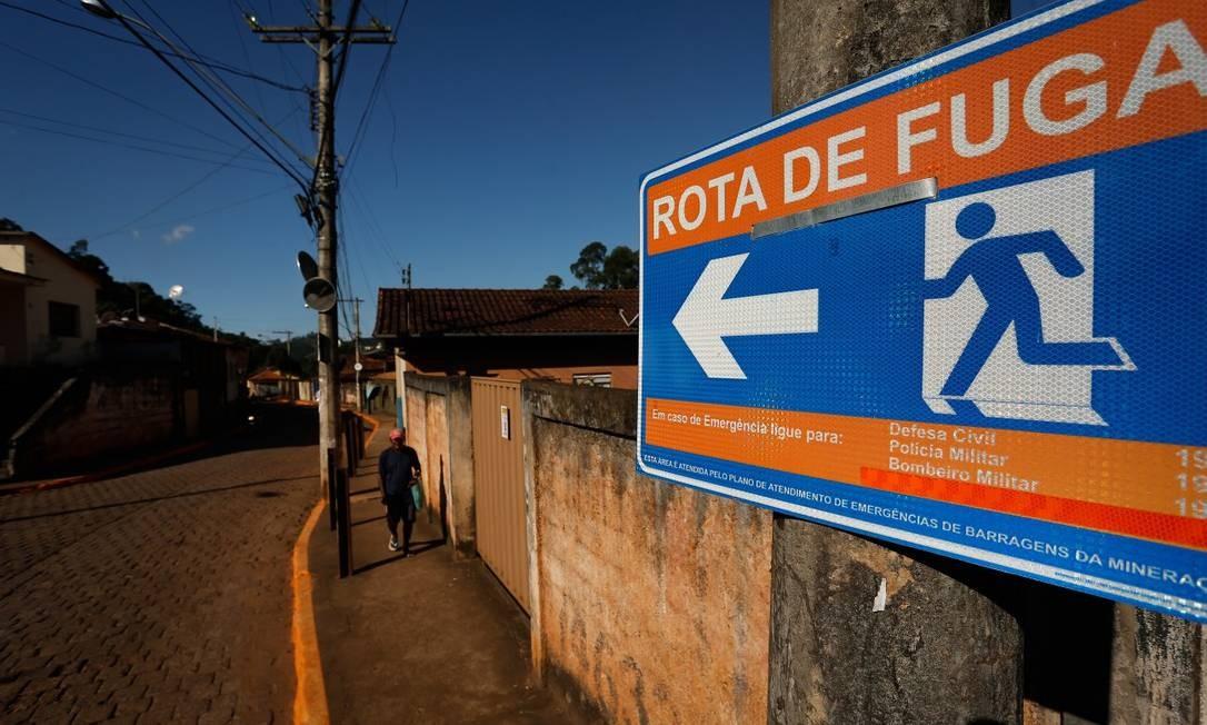 Em uma das principais ruas de de Barão de Cocais, placas e calçadas pintadas de laranja marcam rota por onde os moradores devem fugir em caso de rompimento da barragem Foto: Pablo Jacob / Agência O Globo