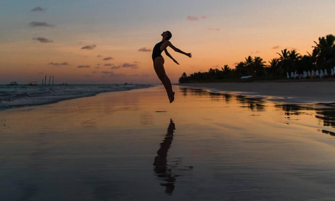 Paula Albino, do canal Num Pulo, posa para foto na Praia do Toque, em São Miguel dos Milagres, Alagoas Foto: Daniel Negreiros / Num Pulo / Divulgação
