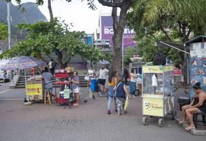A profusão de ambulantes na calçada é uma das queixas Foto: Agência O Globo / Bruno Kaiuca