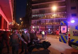 Policiais e equipes de resgate cercam edifício no qual seis turistas brasileiros morreram, no centro de Santiago Foto: El Mercurio/Agência O Globo