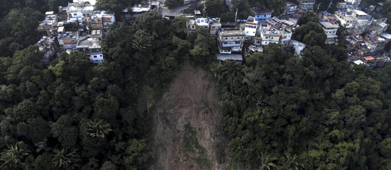 Deslizamentos na encosta do Vidigal ameaçam muitas casas Foto: Custódio Coimbra / Agência O Globo