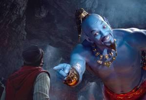 Aladdin (Mena Massoud) com o Gênio de Will Smith, trabalhado na computação gráfica Foto: Divulgação / Disney