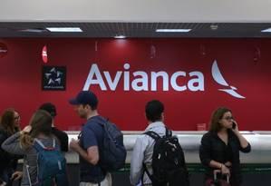 Passageiros aguardam no balcão da Avianca no aeroporto Santos Dumont, no Rio Foto: Pedro Teixeira/ O Globo