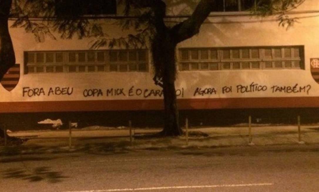 Muro da sede do Flamengo, na Gávea, novamente pichado Foto: Reprodução