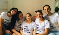 Isabel Muniz posa com os filhos, em Santa Catarina. Débora e Jonathas, à direita, morreram no Chile Foto: Reprodução/Instagram