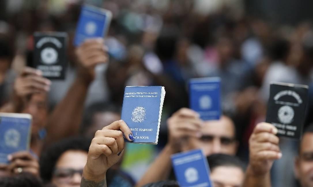Falta de emprego formal, com carteira assinada, é um dos motivos para a queda na proporção de pessoas que contribuem para a Previdência. Foto: Pablo Jacob / Agência O Globo