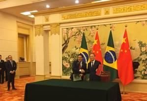 Mourão e o vice-presidente da China, Wang Qishang, após a assinatura da ata de encerramento da Cosban, no Grande Salão do Povo, em Pequim Foto: Marcelo Ninio - Agência O Globo