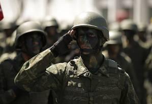 Militares fazem parte do universo de aposentadorias especiais Foto: Pablo Jacob - Agência O Globo