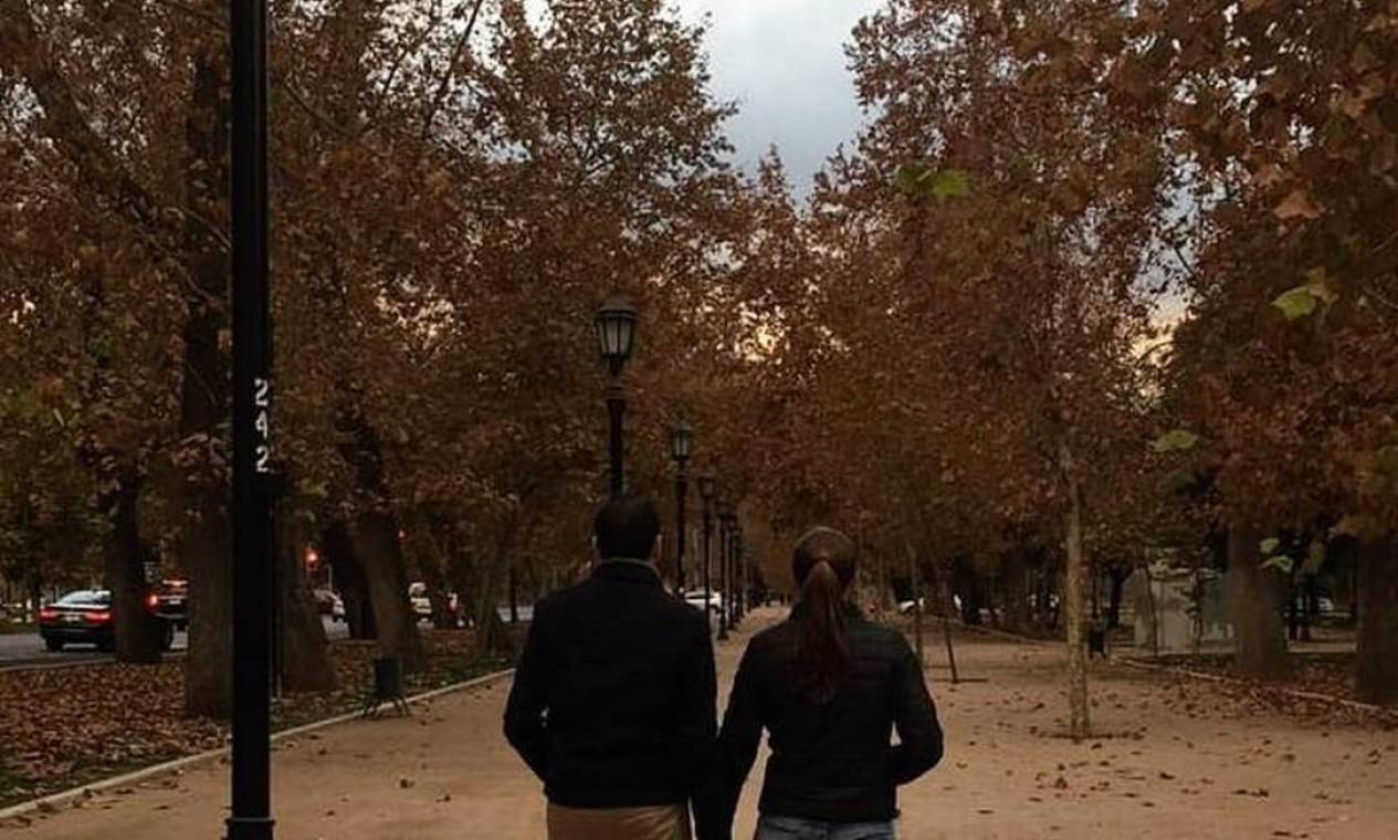 Casal registrou passeio romântico caminhando de mãos dadas no centro de Santiago Foto: Reprodução/Instagram