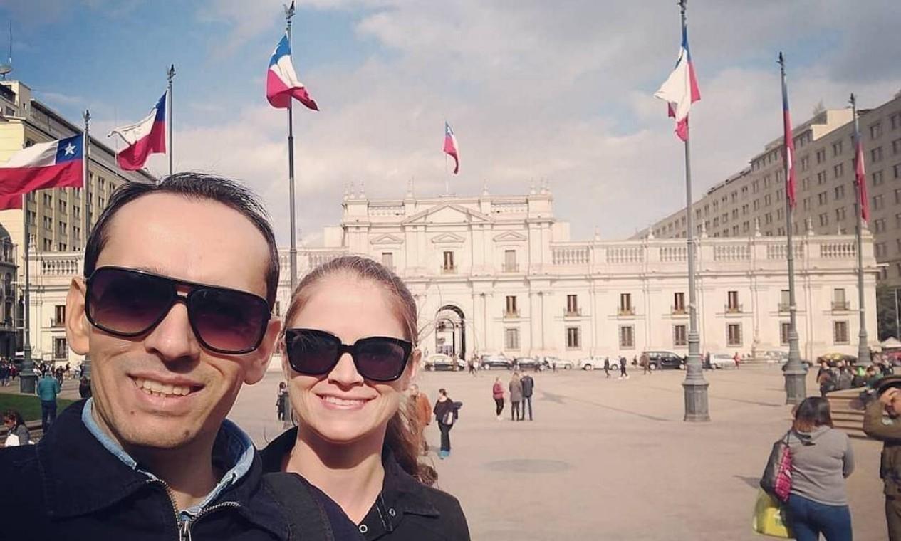 Casal aprveitou para visitar pontos turísticos da cidade de Santiago. Selfie na Praça da Constituição, onde fica a sede do Poder Executivo local Foto: Reprodução/Instagram