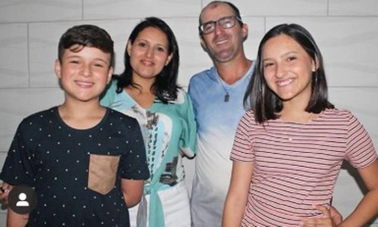 O casal Débora Muniz Nascimento de Souza e Fabiano de Souza com os filhos, Karoliny, de 15, e Felipe, de 13 anos. A família, que viajou para o Chile acompanhada do irmão de Débora, Jonathas Kruger, 30 anos, e da mulher dele, Adriane Kruger, de 27, celebrava o aniversário da adolescente, que ganhara a viagem de presente Foto: Arquivo pessoal