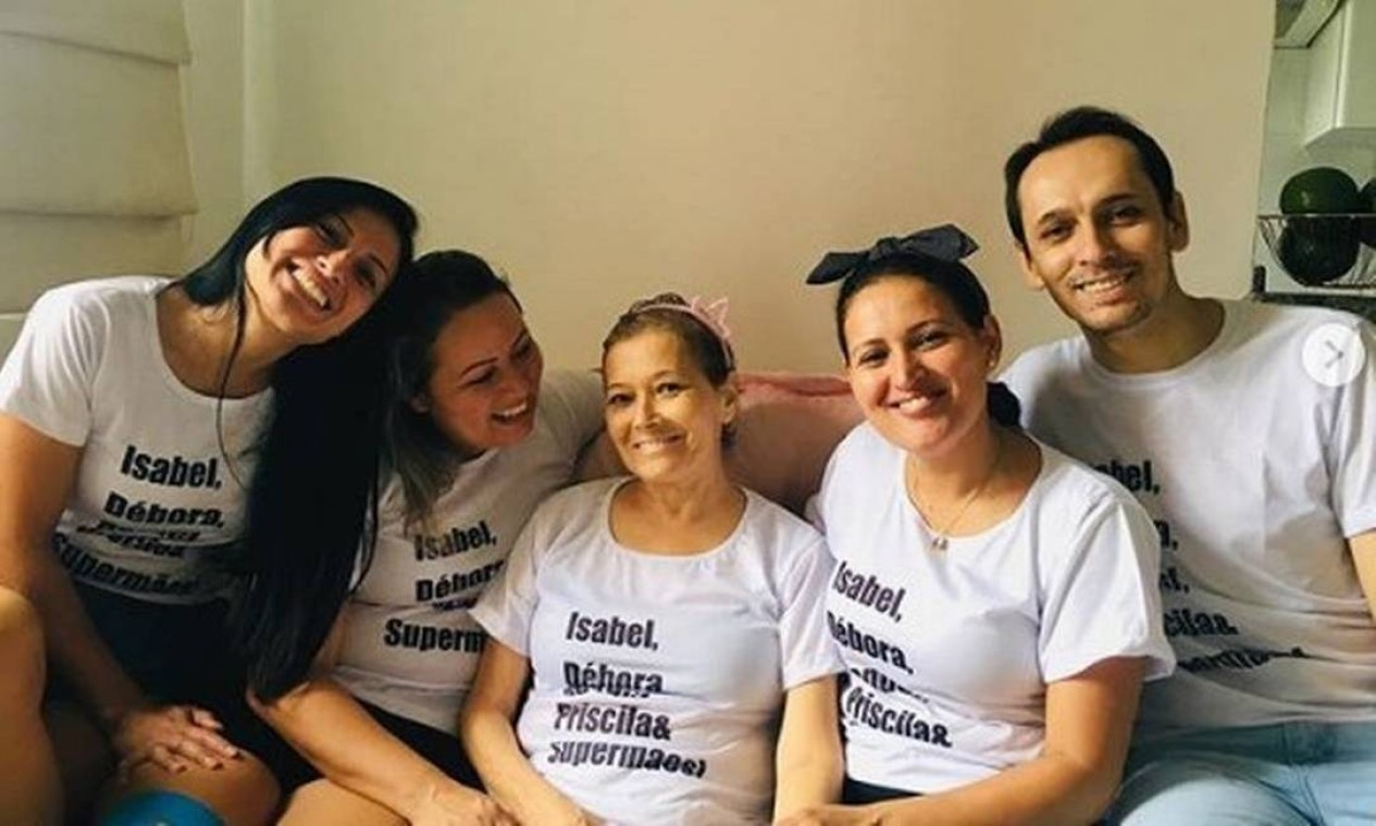 Mãe de brasileiros encontrados sem vida no Chile, Isabel Muniz, no centro, morreu horas antes dos filhos, em Santa Catarina. Débora e Jonathas, à direita, e o restante da família planejavam retorno ao Brasil para velar Isabel Foto: Reprodução/Instagram