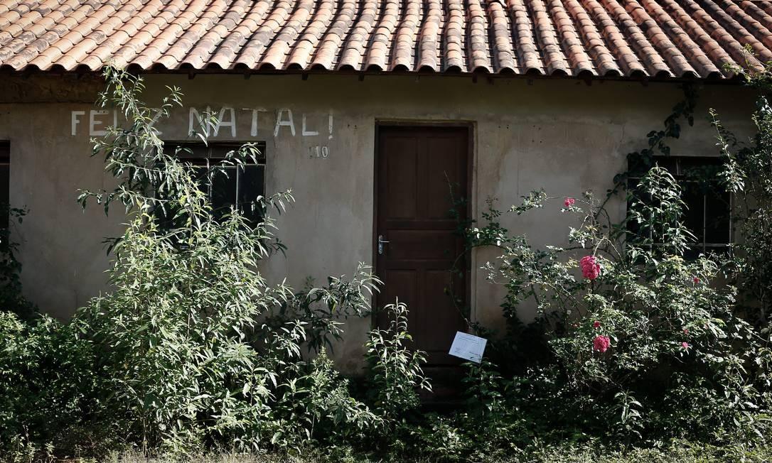 Uma das casas abandonadas no distrito de Socorro, em Minas Gerais, após a divulgação do risco de rompimento da barragem da Vale Foto: Pablo Jacob / Agência O Globo