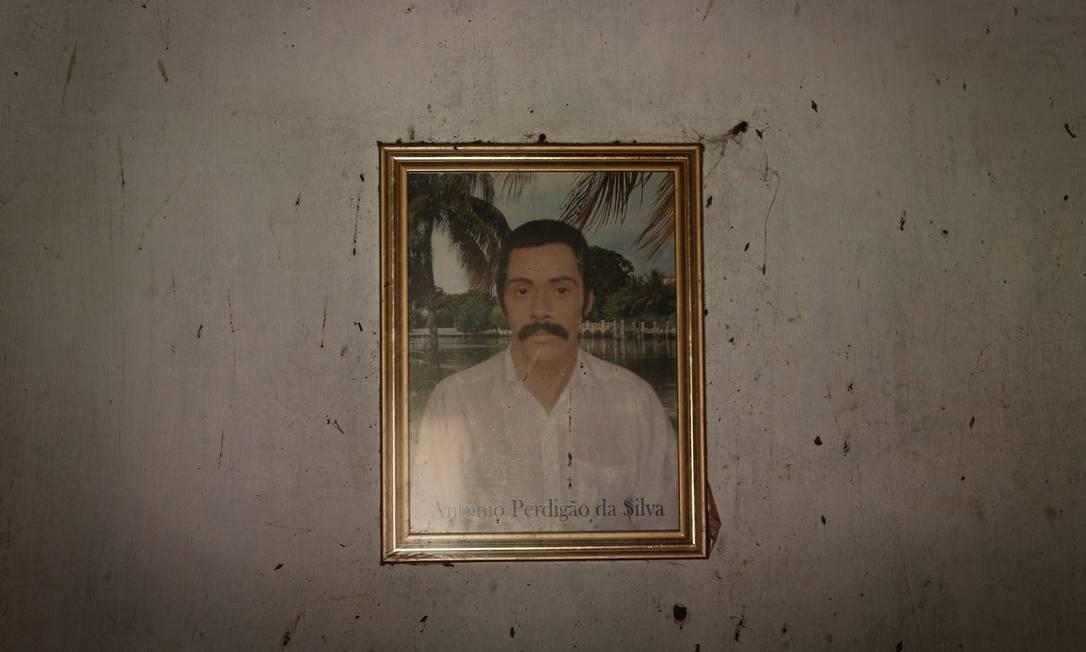 Retrato de Antônio Perdigão da Silva, em uma das casas abandonadas em Socorro, em Minas Gerais Foto: Pablo Jacob / Agência O Globo