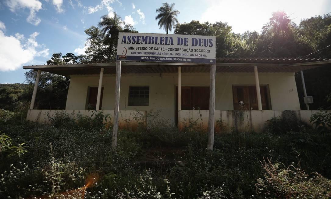 Igreja Assembleia de Deus. Altura da vegetação dá a ideia do tempo de abandono do imóvel Foto: Pablo Jacob / Agência O Globo