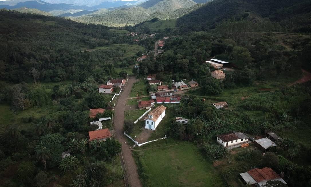 Vista aérea do pequeno povoado de Socorro, distrito de Barão de Cocais Foto: Pablo Jacob / Agência O Globo