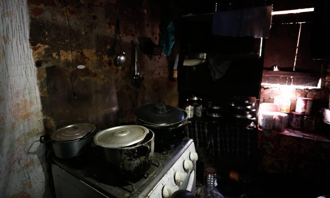 Moradores evacuaram distrito às pressas, deixando panelas com comida sobre o fogão e mantimentos nos armários há quase quatro meses Foto: Pablo Jacob / Agência O Globo
