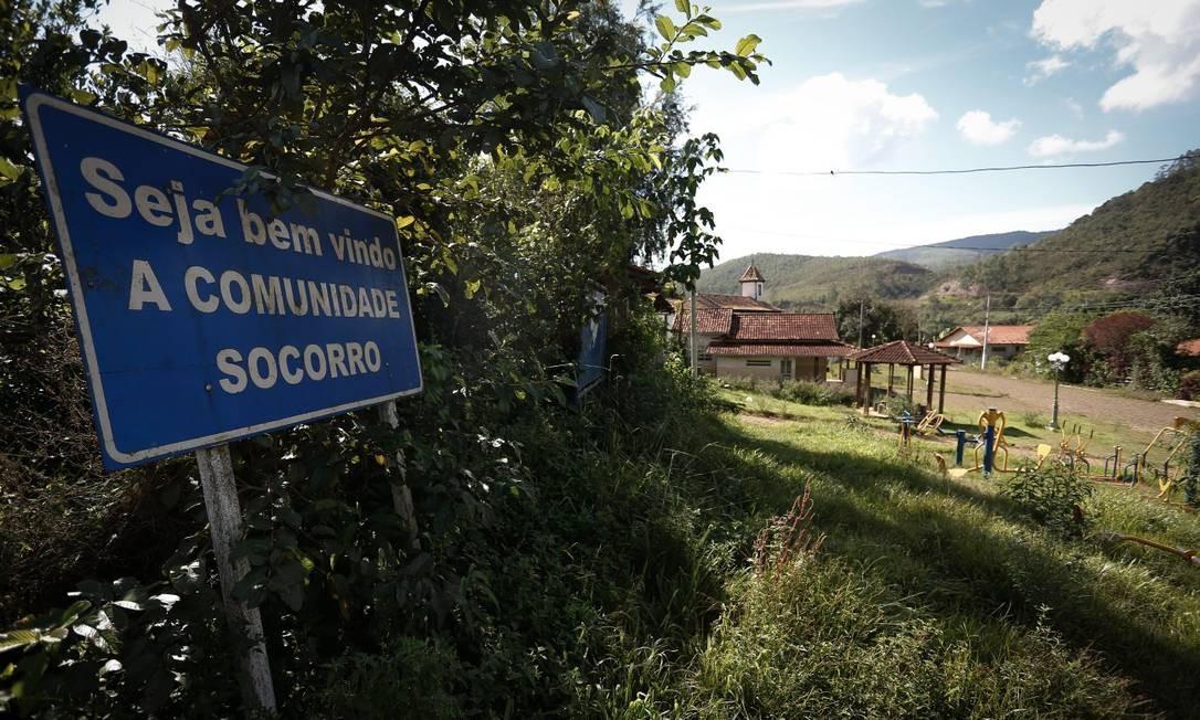 Placa na entrada do distrito de Socorro é coberta pela vegetação do local Foto: Pablo Jacob / Agência O Globo