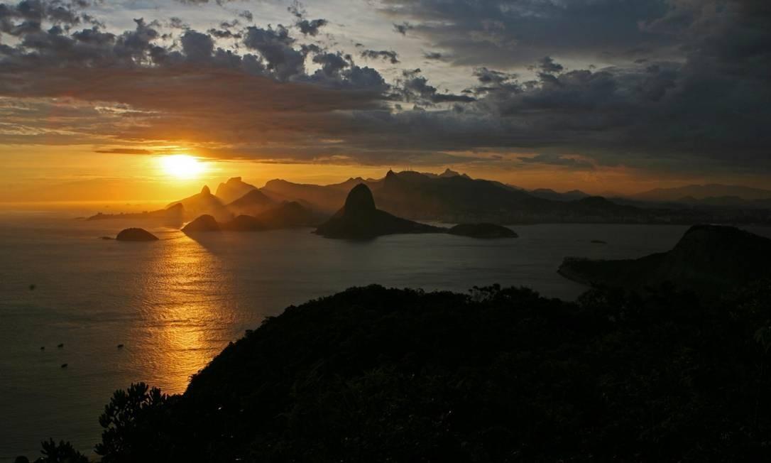 """Rio, a cidade que inspira Chico Buarque / """"CARIOCA"""" - O poente na espinha das tuas montanhas / Quase assombra a retina Foto: Custódio Coimbra / Agência O Globo"""