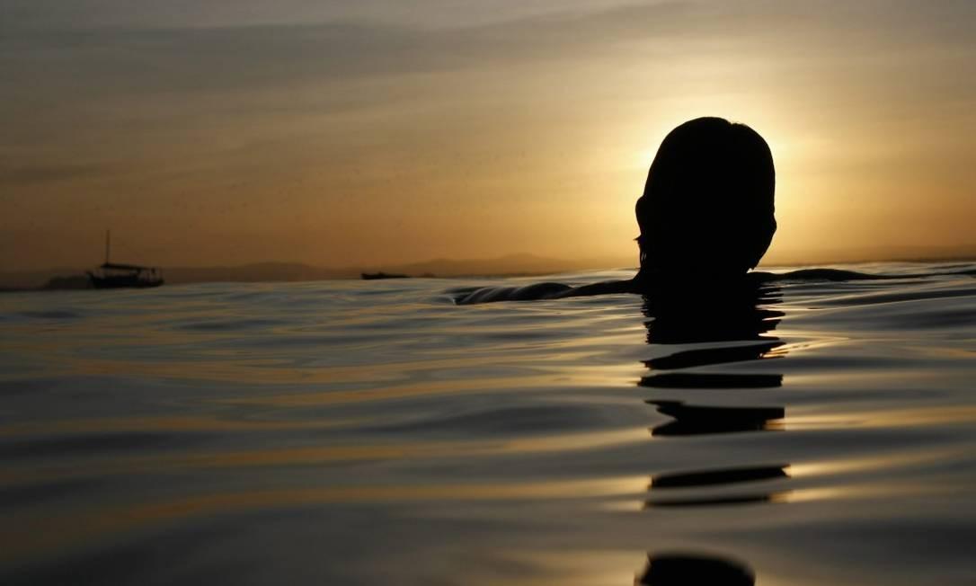 """""""DURA NA QUEDA"""" - O sol ensolará a estrada dela / A lua alumiará o mar / A vida é bela / O sol, a estrada amarela / E as ondas, as ondas, as ondas Foto: Custódio Coimbra / Agência O Globo"""