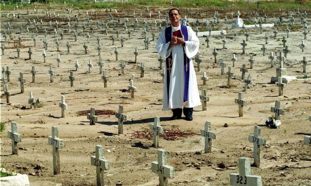"""Cemitério em Santa Cruz / """"MORTE E VIDA SEVERINA"""" - Esta cova em que estás, com palmos medida / É a conta menor que tiraste em vida / É de bom tamanho, nem largo, nem fundo / É a parte que te cabe deste latifundio Foto: Custódio Coimbra / Agência O Globo"""