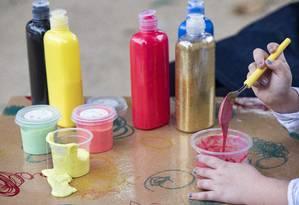 Criança faz slime na Crivativoteca Foto: Ana Branco / Agência O Globo