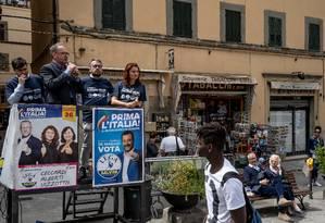 Susanna Ceccardi, membro do partido de ultradireita italiano Liga, fazendo campanha; ela promete lutar contra os 'burocratas' de Bruxelas Foto: ANDREW TESTA / NYT