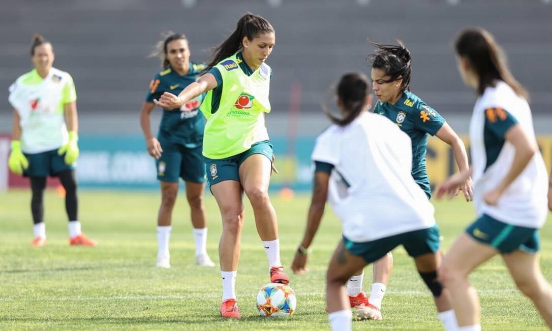 Marta, ao fundo, observa jogada no primeiro treino da seleção em Portugal Foto: CBF