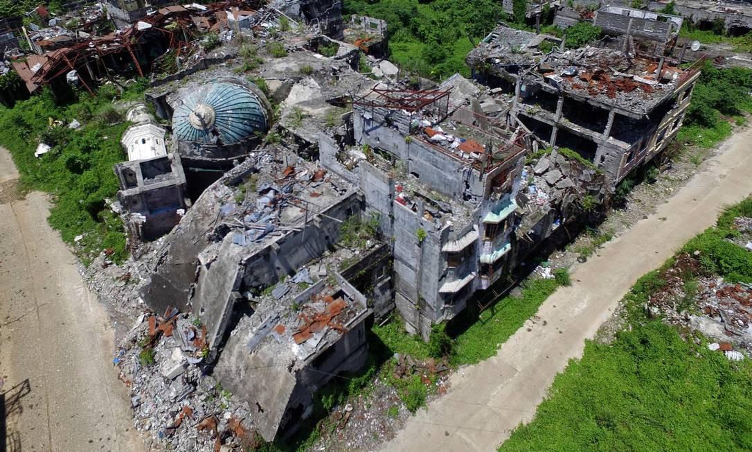 Foto aérea mostra uma mesquita destruída em Marawi, na Ilha de Mindanao. Dois anos após a cidade filipina de Marawi ter sido invadida por jihadistas, ela continua em ruínas. Foto: NOEL CELIS / AFP