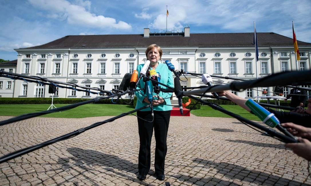 A chanceler alemã, Angela Merkel, faz uma declaração à imprensa em evento para celebrar o 70º aniversário da Constituição (Grundgesetz) no jardim do Palácio Bellevue, em Berlim. Foto: BERND VON JUTRCZENKA / AFP