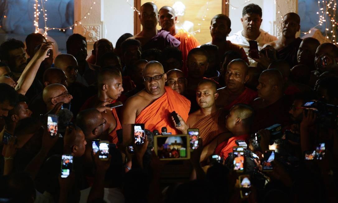 O secretário-geral do Sri Lanka Bodu Bala Sena (BBS) Ven. Galagodaatte Gnanasara fala à imprensa no Rukmalgama Temple em Rukmalgama, a cerca de 20 quilômetros de Colombo. Um incendiário monge budista cingalês cumprindo pena de seis anos por desrespeito ao tribunal foi libertado depois de um perdão presidencial, disseram autoridades. Foto: ISHARA S. KODIKARA / AFP